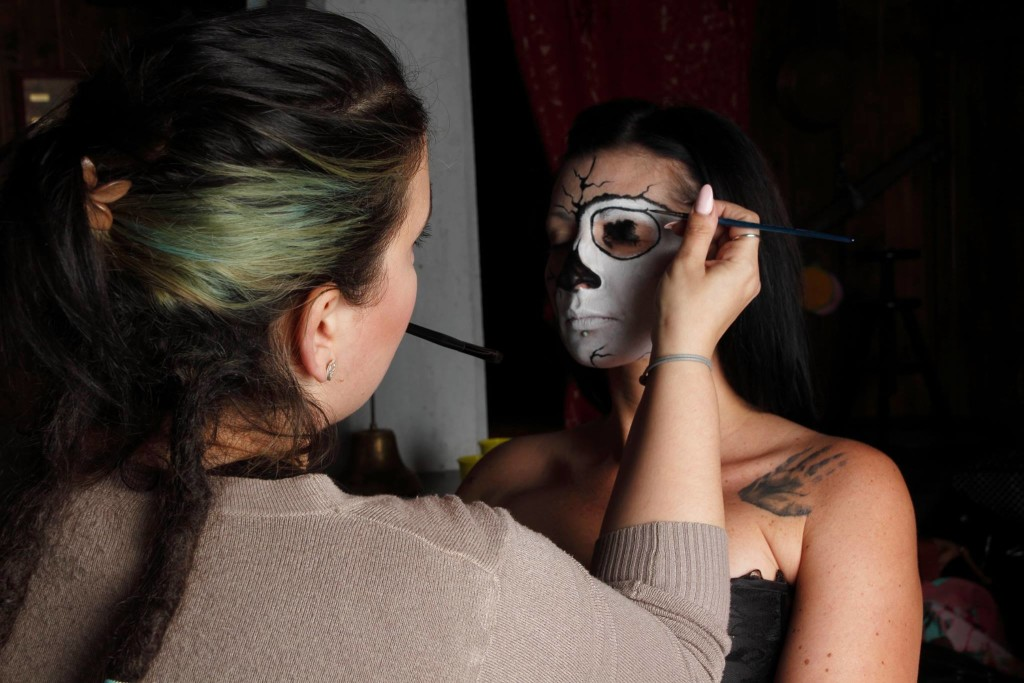 Valentina Gobbato mentre trucca la modella
