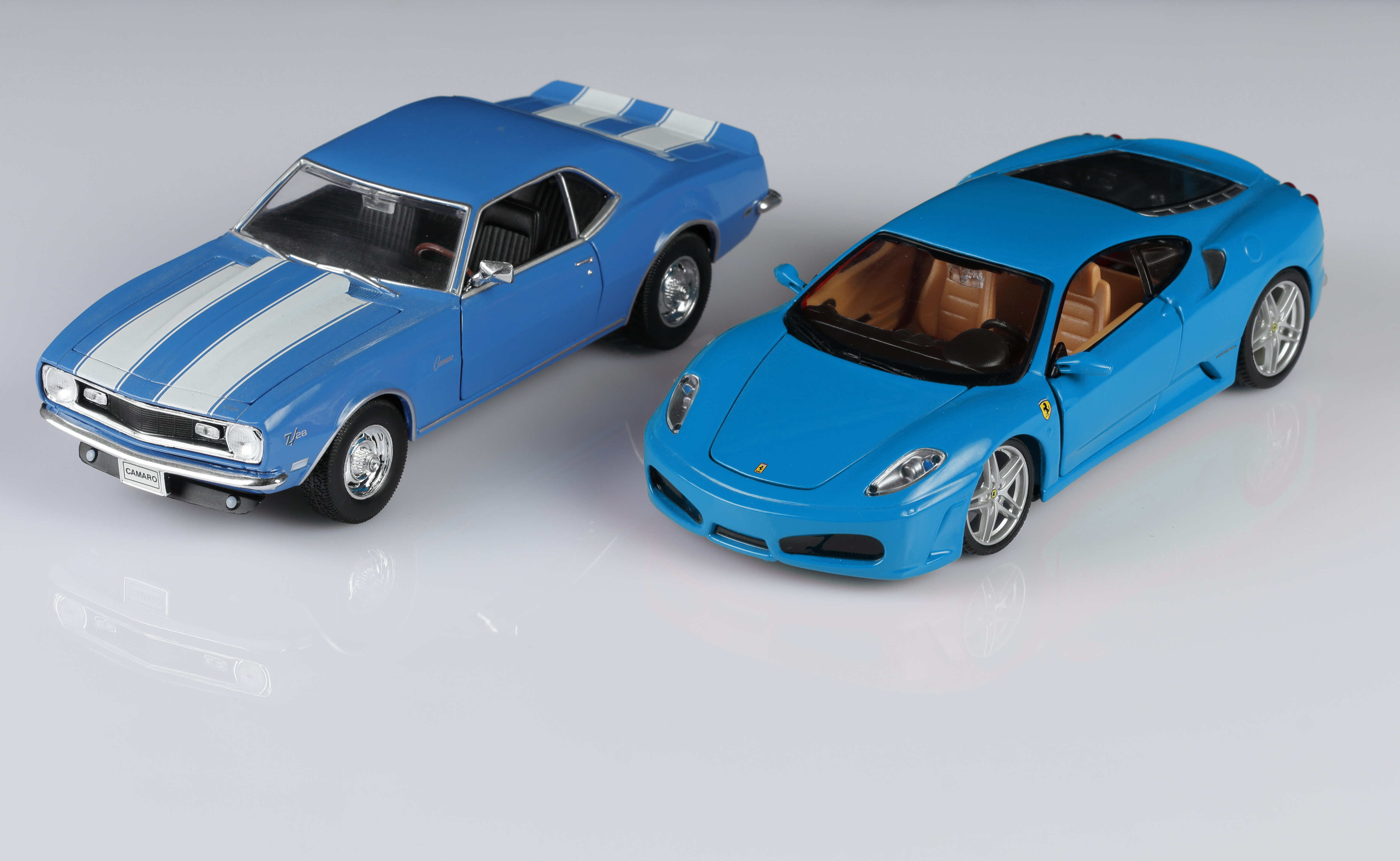 Risultato finale del fotoritocco! Una Ferrari ed una Camaro dello stesso colore.